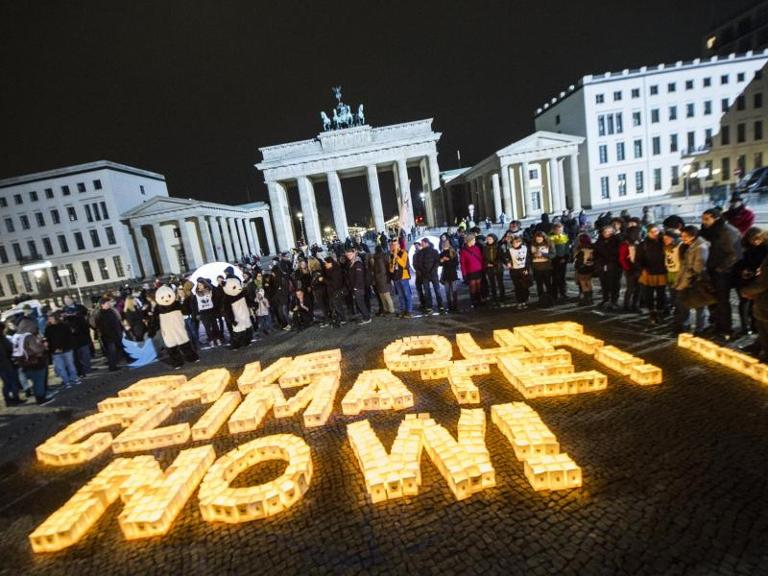 "Aktion vor dem Brandenburger Tor in Berlin: ""Save our Climate! Now! (Rettet unser Klima! Jetzt!). Foto: Paul Zinken"