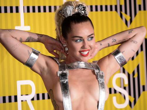 Kettenhemd-Miley bietet Journalisten Joint an